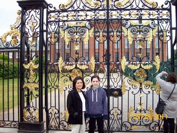 Cindy (left) and Nina Fazzi outside Kensington Palace.